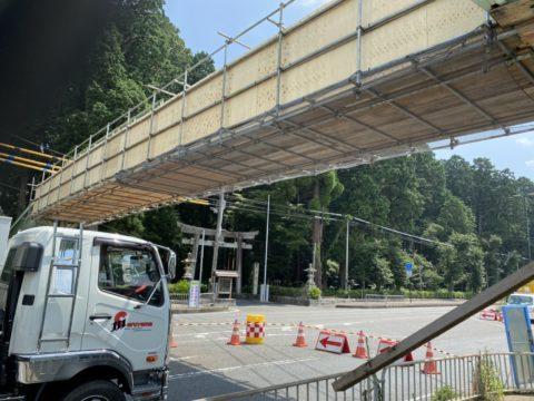 歩道橋補修用吊り足場施工状況