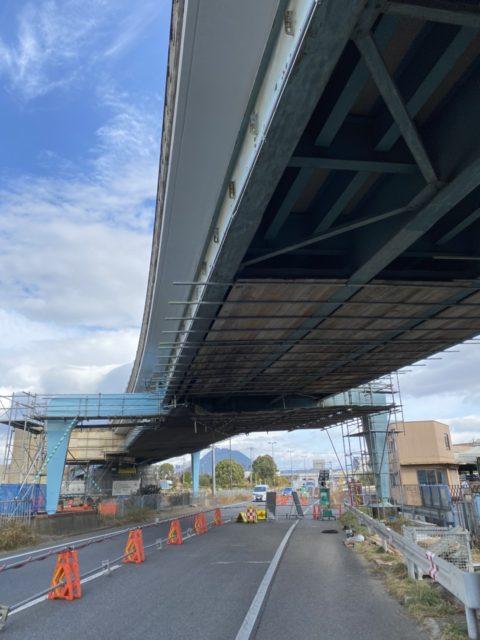 国道耐震補強用吊り足場施工状況